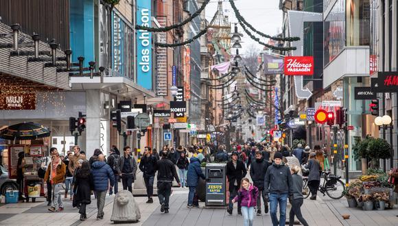 Pese a la pandemia, la vida ha seguido en Suecia casi con normalidad. Los suecos ya están haciendo sus compras navideñas en las calles de Estocolmo. REUTERS