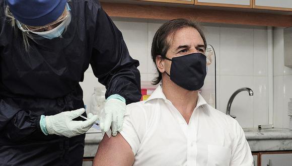 El presidente de Uruguay, Luis Lacalle Pou, es vacunado contra el coronavirus el 29 de marzo de 2021. (Foto: AFP).