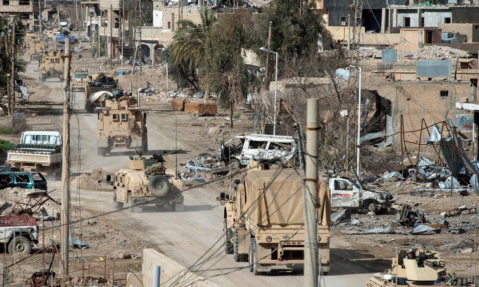Vehículos abandonados y destrucción son las huellas de los combates contra el Estado Islámico en Deir Ezzor. (AFP).