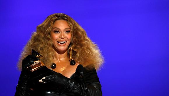 """Beyoncé al recibir su Grammy, el galardón de mejor interpretación de R&B por """"Black Parade"""", este domingo en el Centro de Convenciones de Los Ángeles , California. (Foto: AFP/ Cliff Lipson/CBS Broadcasting, Inc.)"""
