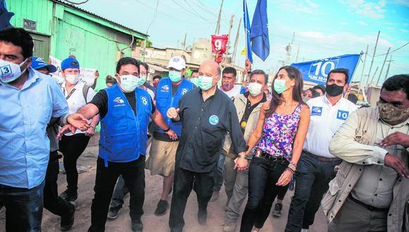 Hernando de Soto inició ayer la última semana de actividades proselitistas con una caravana y caminata en el distrito de Villa El Salvador. (Foto: AFP / Ernesto Benavides)