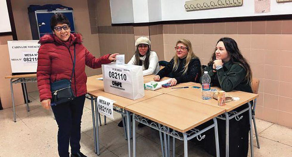 Una ciudadana peruana emite su voto en Valencia (España). (Foto: Cancillería)