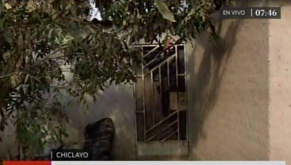 Agentes de la policía llegaron hasta vivienda de Chiclayo en la que vivía la menor de 11 años que murió tras aborto clandestino. (Captura de pantalla: América Televisión)