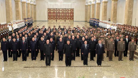 Kim Jong-un visitó el mausoleo donde reposa el cuerpo de su abuelo Kim Il-sug con motivo del aniversario de su muerte. (Foto: EFE).