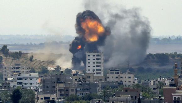 Una bola de fuego surge de un edificio en el distrito residencial Rimal, en Gaza,  durante el bombardeo de Israel. (Foto de BASHAR TALEB / AFP).