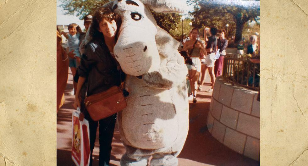 Nora Miranda Plaza tiene 15 años en la foto. En ese entonces estudiaba en el colegio; aquí está en Disney para celebrar su cumpleaños. Ahora tiene 51 años, 3 hijas y 1 nieto.
