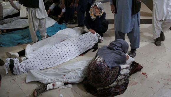 Familiares y parientes lloran dentro de un hospital mientras están sentados junto a los cuerpos de las víctimas de una explosión frente a una escuela en el distrito de Dasht-e-Barchi, en el oeste de Kabul, Afganistán. (ZAKERIA HASHIMI / AFP).