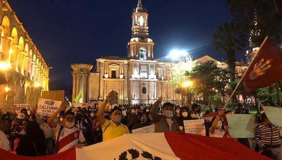 Los arequipeños salieron a protestar llevando el pabellón nacional. (Foto: Zenaida Condori)