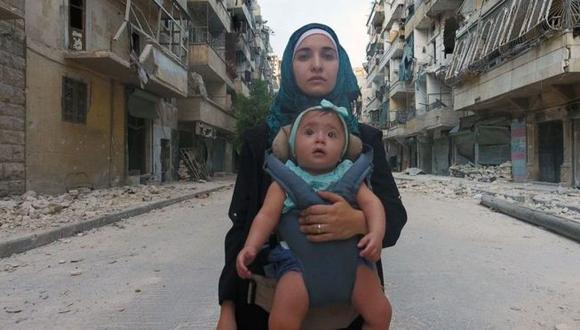 Waad al Kateab y su hija Sama, quien nació en medio del conflicto sirio. (Foto: Cortesia de ITN Productions y Channel 4 News, vía BBC Mundo).
