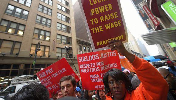 Imagen de archivo muestra manifestación en 2014 de trabajadores que cobran el salario mínimo por su trabajo en Nueva York. (Foto: AFP)