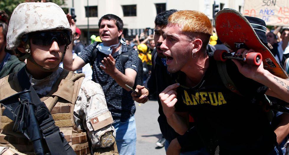Un manifestante encara a un soldado durante una protestas en Santiago. (AFP / Pablo VERA).
