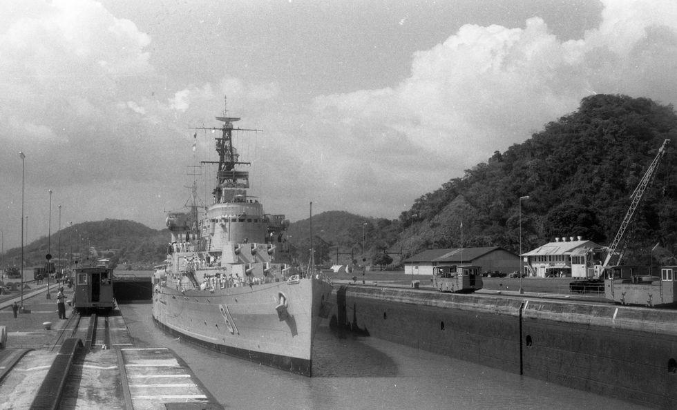"""El crucero """"Almirante Grau"""" cruza el Canal de Panamá rumbo al puerto del Callao. (Foto: Archivo Histórico El Comercio)"""