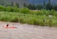 PNP y maestro de canotaje rescataron a un joven que era llevado por la corriente de un río en Cusco | VIDEO