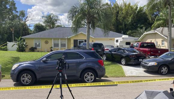 Los agentes del FBI registran la casa en North Port, Florida, de Brian Laundrie, el novio de la joven desaparecida Gabby Petito. (Foto AP / Curt Anderson).