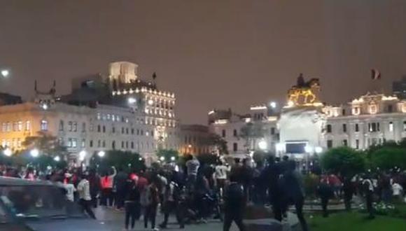 Esta noche se originó un disturbio entre los hinchas de Universitario de Deportes con agentes de la Policía Nacional (PNP). (Foto: Captura Twitter/@rodolfohuaman7)