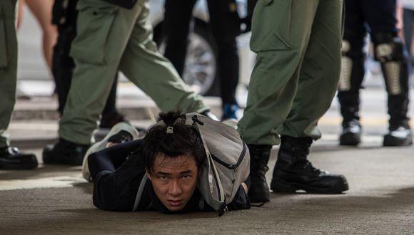 Un manifestante hongkonés es reducido por la policía local el pasado miércoles 1 de julio, en medio de las protestas celebradas en Hong Kong para rechazar la promulgación de la ley de Seguridad Nacional impulsada por China. (Foto: Dale De la Rey/AFP).