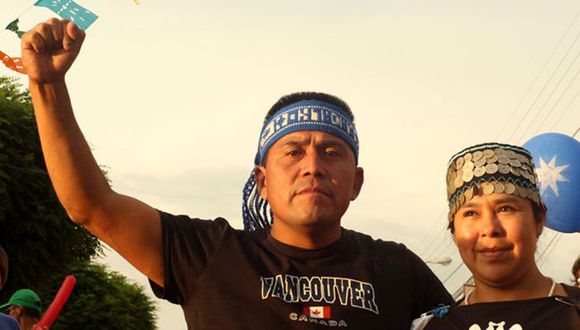 """Alberto Curamil es un """"lonko"""" o autoridad tradicional mapuche. Recibió el Premio Ambiental Goldman por su campaña contra la construcción de dos centrales hidroeléctricas en el río Cautín. Foto: GENTILEZA PREMIO GOLDMAN, vía BBC Mundo"""