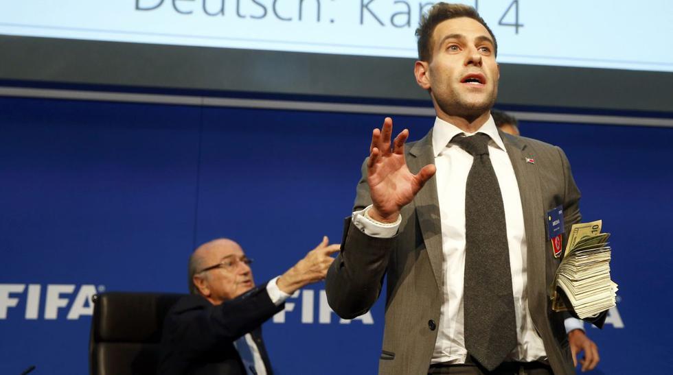 Blatter: ¿Quién es el cómico que lanzó billetes y qué le dijo? - 1