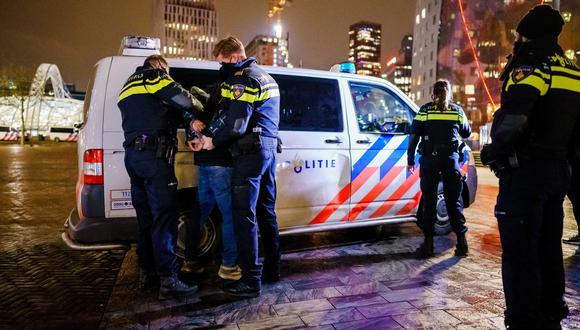 Un hombre es arrestado en Róterdam, Países Bajos, por participar en las protestas en contra de las medidas restrictivas para frenar al coronavirus. EFE
