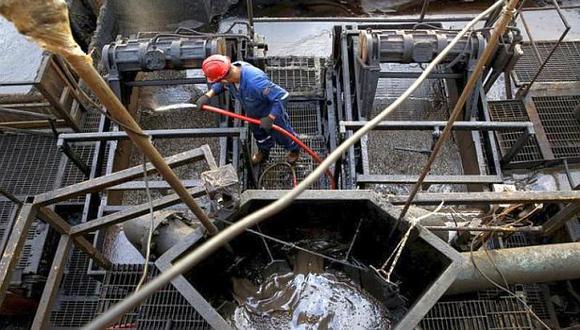 PDVSA se ve obligada a utilizar la poca producción de crudo ligero que tiene para mezclar con su petróleo extrapesado y poder exportar. (Foto: Reuters)