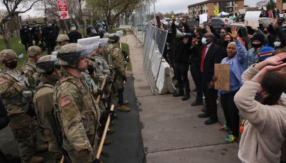 Los manifestantes se manifiestan frente al Departamento de Policía de Brooklyn Center, custodiado por miembros de la policía y la Guardia Nacional, un día después de que Daunte Wright fuera asesinado a tiros por un oficial de policía, en Brooklyn Center, Minnesota, Estados Unidos. (Foto: REUTERS / Leah Millis).