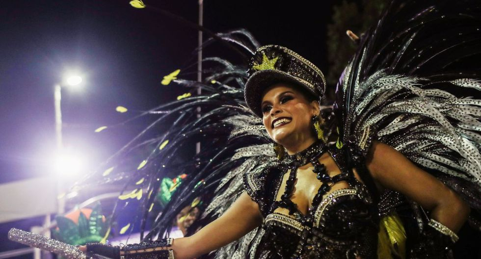Raphaela Gomez, de la escuela de samba San Clement, participa de la segunda noche de Carnaval en el Sambódromo de Río de Janeiro (Reuters)