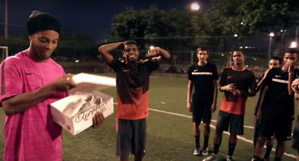 Ronaldinho estrenó chimpunes en divertido desafío con jóvenes