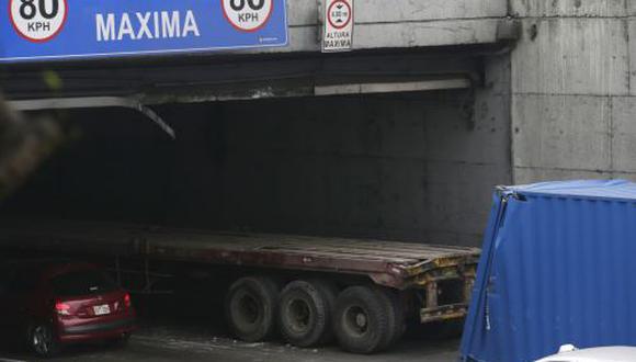 Esta mañana, el tráiler se atascó en puente de la vía Expresa y generó intensa congestión vehicular. (Andina)