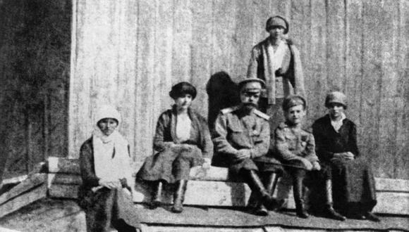 Una fotografía tomada en julio de 1918 en Ekaterimburgo muestra a los miembros de la familia imperial rusa, unos días antes de ser ejecutados (Foto: AFP)
