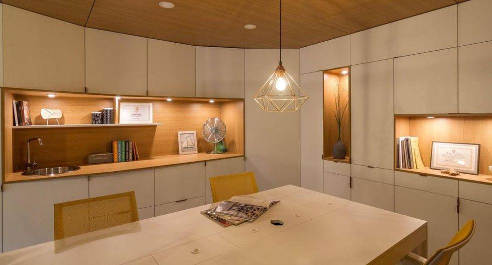 Las paredes fueron cubiertas con paneles blancos que funcionan como puertas para espacios de almacenamiento. (Foto: Arthur Tintu / Facebook ArhiDOT)