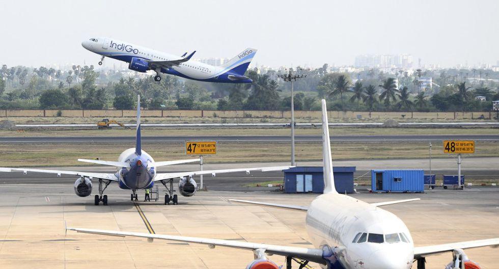 Un vuelo de la aerolínea Indigo parte a Varanasi en el aeropuerto nacional de Kamaraj, durante el primer día de reanudación de vuelos domésticos después de que el gobierno impusiera un bloqueo nacional como medida preventiva contra la propagación del COVID-19, en Chennai.  (Arun SANKAR / AFP)