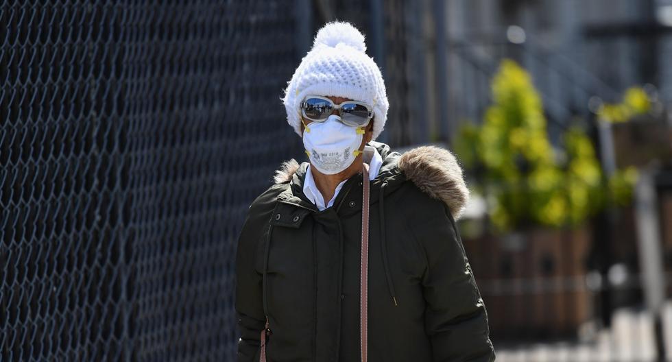 Una persona con una máscara facial es vista el 7 de abril de 2020 en Brooklyn, Nueva York. (Angela Weiss / AFP).
