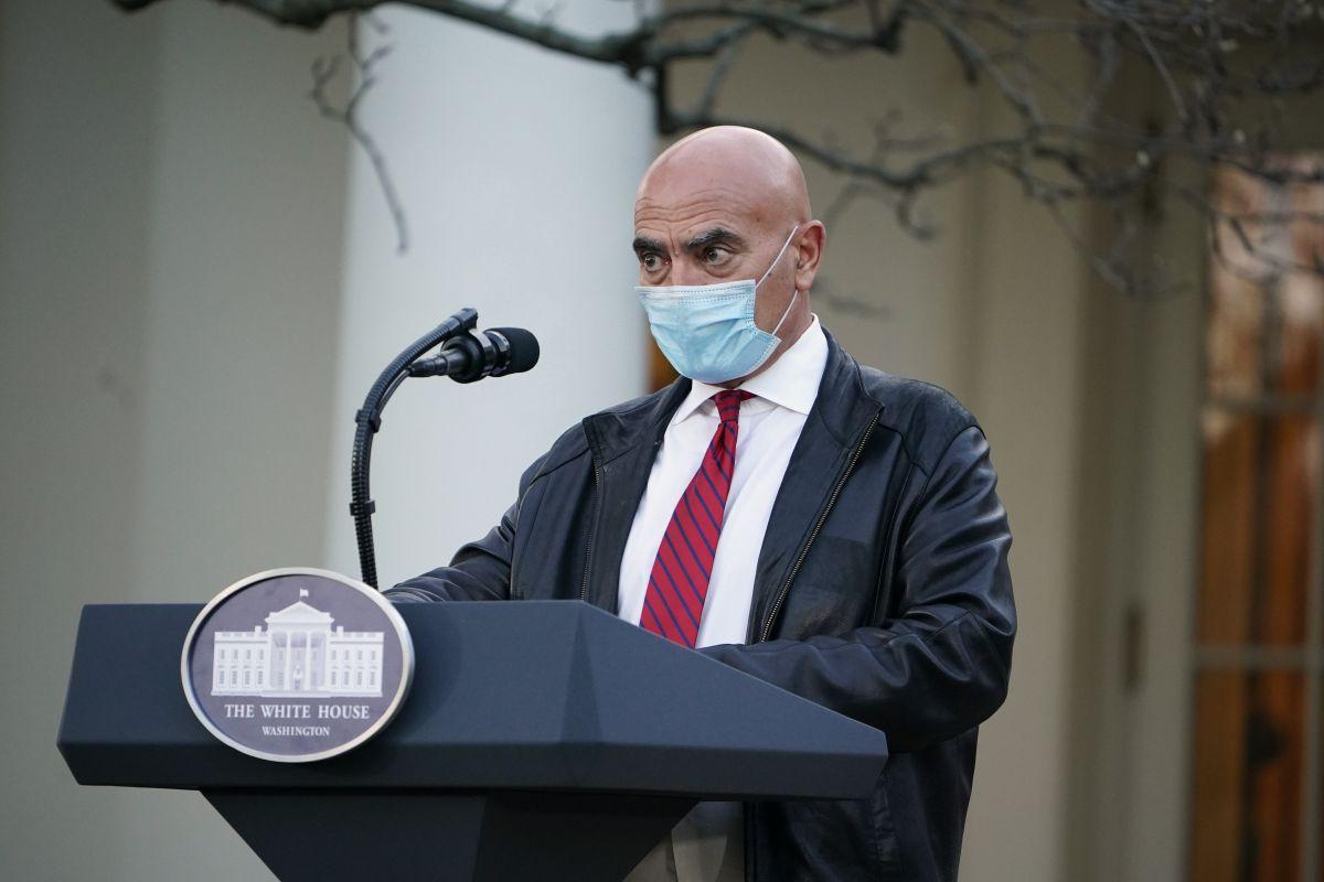 Moncef Slaoui, el jefe del grupo que lidera los esfuerzos del Gobierno para enfrentar la pandemia de coronavirus en Estados Unidos, estimó que entre el 11 y el 12 de diciembre se aprobará una vacuna contra el coronavirus COVID-19. (Foto: MANDEL NGAN / AFP).