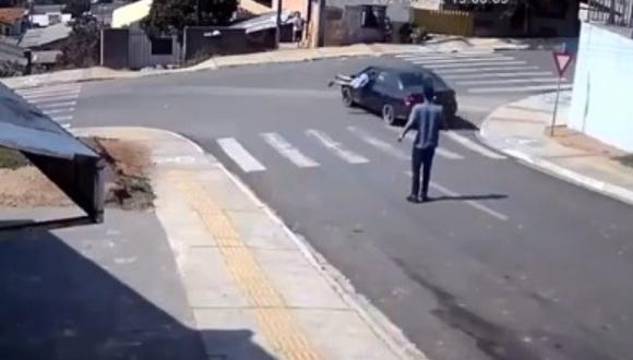 Hombre salta a auto descontrolado y evita choque en el último momento. (Foto: @precisoserfamoso / TikTok)