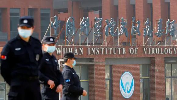 La policía de China custodia la sede del Instituto de Virología de Wuhan. (THOMAS PETER / REUTERS).