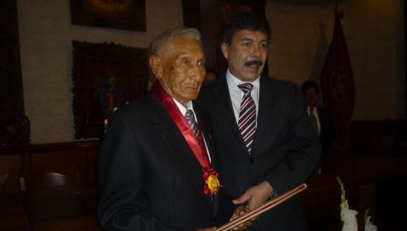 Cafetalero que cumplirá 100 años recibió la medalla de Arequipa