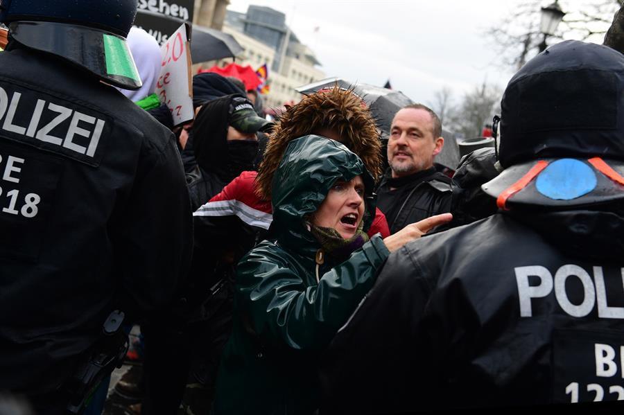 La policía, con unos 2.000 agentes, dio entonces por concluida la manifestación y exigió a los participantes que se dispersasen, sin ningún éxito. Las fuerzas de seguridad, que confirmaron más de un centenar de detenciones, acabó recurriendo a cañones de agua y gas lacrimógeno. (Foto: EFE/EPA/FILIP SINGER)