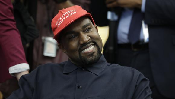 """Kanye West se puso un gorro con la frase """"Make America Great Again"""" durante un encuentro que tuvo con Donald Trump en la Oficina Oval en el 2018. (AP)"""