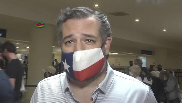 En esta imagen de video, el senador Ted Cruz, republicano por Texas, camina para registrarse para su vuelo de regreso a los Estados Unidos, en el Aeropuerto Internacional de Cancún, México, el jueves 18 de febrero de 2021. (AP/Dan Christian Rojas).