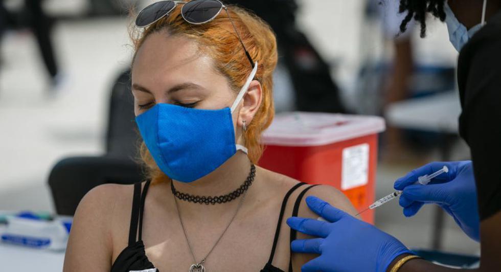 Una mujer recibe una inyección de la vacuna Johnson & Johnson Covid-19 en un centro de vacunación emergente en la playa, en South Beach, Florida. (Foto: Eva Marie UZCATEGUI / AFP).