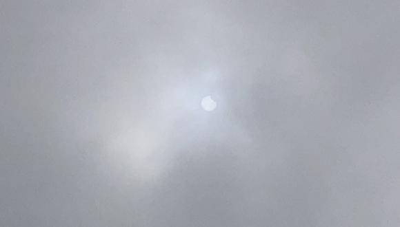 Así se percibió el eclipse solar ciertas parte de la capital. En otras regiones del país el fenómeno astronómico se apreció con mayor claridad. (Twitter / Abraham Levy / @hombredeltiempo)