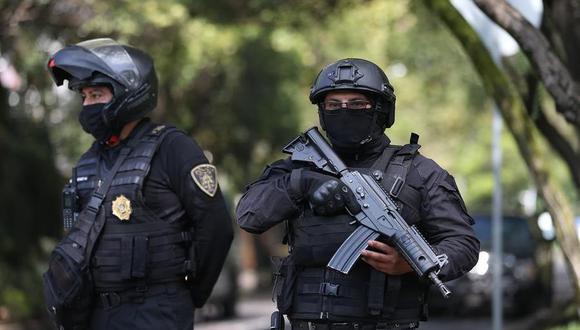 Agentes de la policía de Ciudad de México resguardan la zona del atentado por parte del Cártel Jalisco Nueva Generación al secretario de seguridad ciudadana, Omar García Harfuch. (EFE/Sáshenka Gutiérrez).