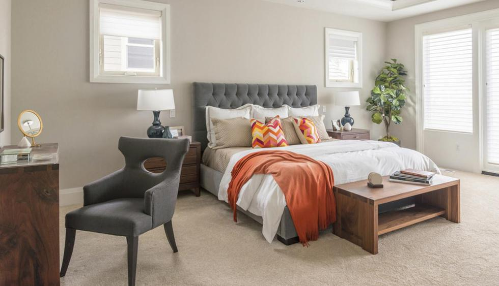 Al pie de la cama puedes disponer un mueble para colocar objetos decorativos. Otra opción es ubicar un baúl y guardar los cojines o almohadas que no usas. (Foto: Shutterstock)