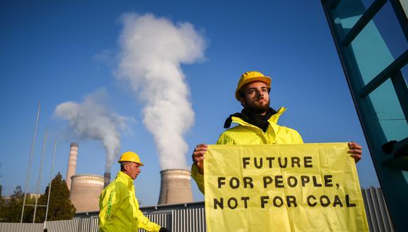Un activista de Greenpeace en una protesta en Bulgaria contra la contaminación. (Foto: NIKOLAY DOYCHINOV / AFP)