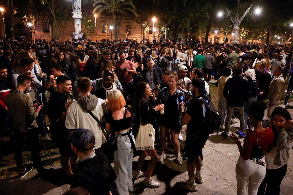 Imagen del Passeig Lluis Companys de Barcelona donde cientos de personas se concentran tras el fin del estado de alarma. (EFE/Quique García).