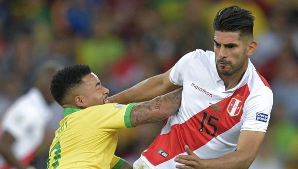 Carlos Zambrano marcando con fiereza a Gabriel Jesus. (Foto: AFP)