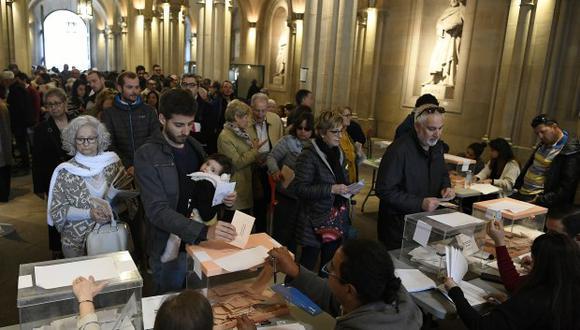 Los votantes hacen fila para emitir su voto en la Universidad Central de Barcelona, que se utiliza como centro de votación durante las elecciones generales en España. (Foto: AFP)