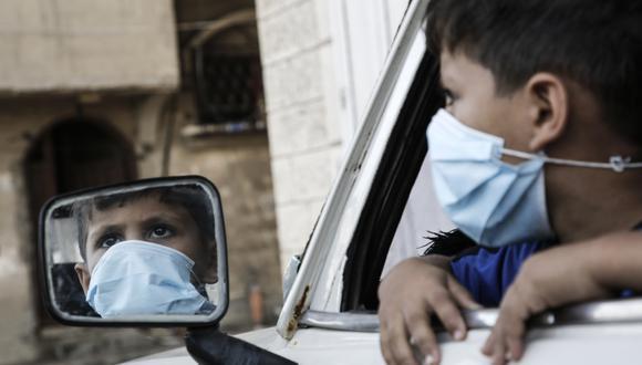 Un niño con mascarilla en Palestina. (Foto: MOHAMMED ABED / AFP)