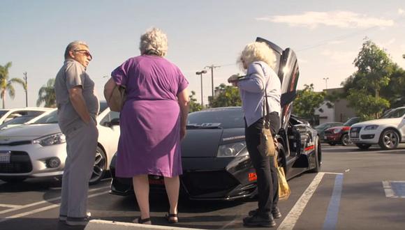¿Qué pasa cuando dos abuelas pasean en un Lamborghini? [VIDEO]