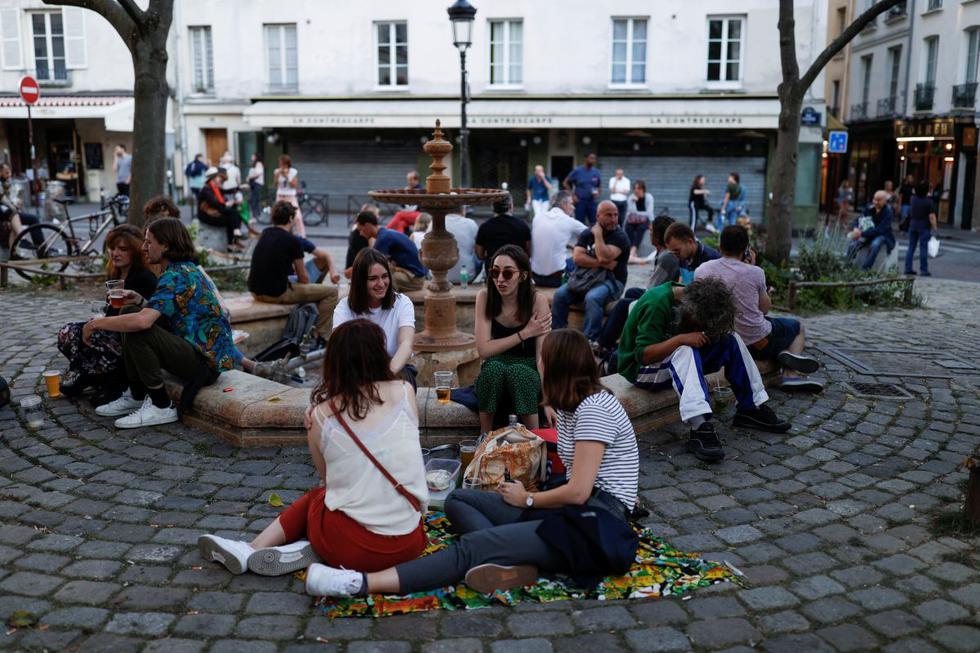 Parques y jardines abrieron este sábado en Francia y los cafés y restaurantes se preparan para recibir a partir del martes a los primeros clientes desde mediados de marzo. (REUTERS/Christian Hartmann).